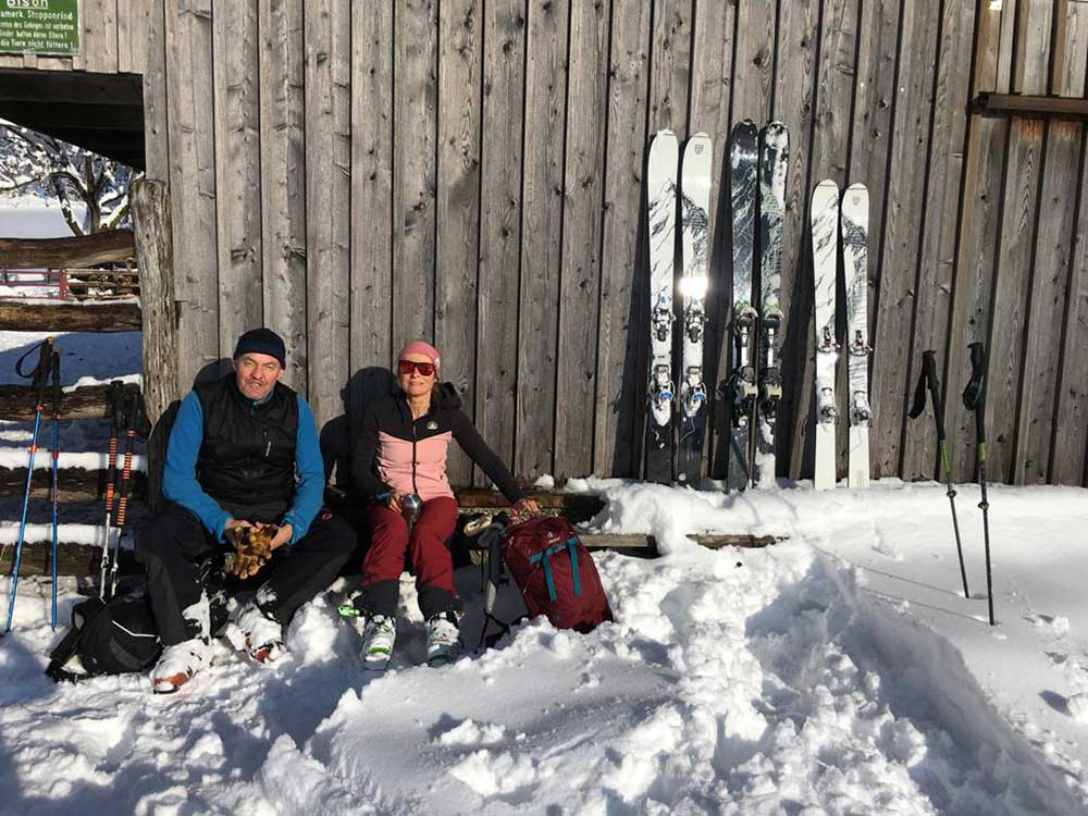 Pause muss sein   die bienen-freunde mit Ski von Powderequipment
